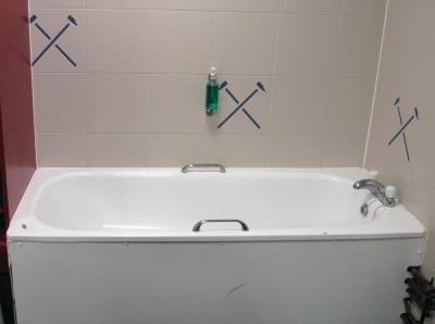 The Ariston White Enamel Bathtub With Stainless Steel